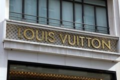Segna Louis Vuitton con lettere su una parete fotografia stock
