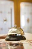 Segnalatore acustico dell'hotel su un basamento di legno Fotografia Stock