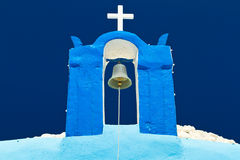 Segnalatore acustico della torretta della chiesa blu su Santorini Fotografia Stock Libera da Diritti