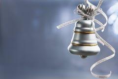 Segnalatore acustico di natale d'argento sopra priorità bassa blu Fotografia Stock