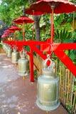 Segnalatori acustici buddisti con gli ombrelli rossi Fotografia Stock Libera da Diritti