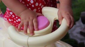 Segnale acustico dell'automobile del giocattolo e della ragazza archivi video