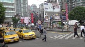 segnale asiatico 4K del rango di taxi nel supporto del taxi di area della coda su una via di Taipei stock footage