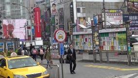 segnale asiatico 4K del rango di taxi nel supporto del taxi di area della coda su una via di Taipei video d archivio