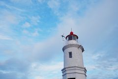 Segnale del mare del faro contro lo sfondo del cielo blu fotografie stock