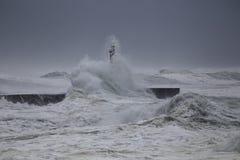 Segnale della foce sotto la tempesta pesante fotografia stock