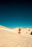 Segnale della strada sepolto dalla neve Fotografie Stock