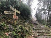 Segnale di direzione al villaggio di Tiantou dalla strada Fotografia Stock