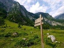 Segnale di direzione di legno a Berchtesgaden fotografia stock libera da diritti