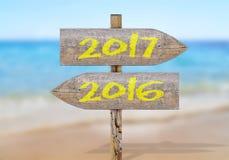 Segnale di direzione di legno con 2017 e 2016 Fotografia Stock