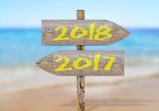 Segnale di direzione di legno con 2017 e 2018 Fotografia Stock