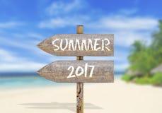 Segnale di direzione di legno con estate 2017 Immagine Stock Libera da Diritti