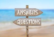 Segnale di direzione di legno con le domande e risposte Immagini Stock Libere da Diritti