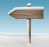 Segnale di direzione di legno con meno neve con il cielo su fondo Fotografie Stock Libere da Diritti