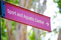 Segnale di direzione rosso per lo sport ed il centro acquatico fotografia stock libera da diritti
