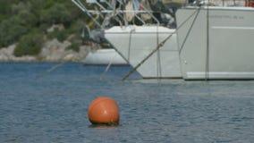 Segnale di galleggiamento in porto stock footage