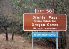 Segnale di informazione al passaggio di concessioni ed alle caverne dell'Oregon Fotografia Stock Libera da Diritti