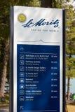 Segnale di informazione con il logo della città ed indicazioni turistiche in un giorno soleggiato in Sankt Moritz immagini stock libere da diritti
