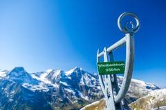 Segnale di informazione e viste delle alpi lungo l'alta strada alpina di Grossglockner in Austria Immagini Stock
