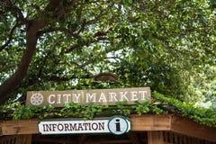Segnale di informazione nel mercato della città Fotografie Stock Libere da Diritti