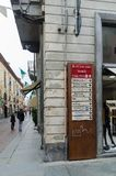 Segnale di informazione nella città di alba in Italia immagini stock libere da diritti