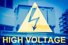 Segnale di pericolo ad alta tensione con il trasformatore elettrico Fotografia Stock