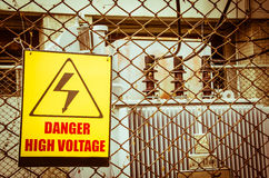 Segnale di pericolo ad alta tensione del pericolo Fotografia Stock Libera da Diritti