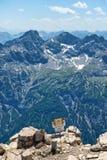 Segnale di pericolo al bordo di Rocky Mountain Outcrop Immagini Stock