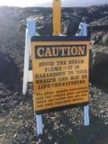 """Segnale di pericolo al flusso di lava di Kalapana dal vulcano nell'oceano isola Hawai di lauea a KÄ """"grande Fotografia Stock Libera da Diritti"""