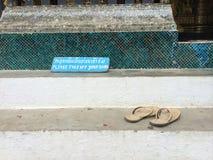 Segnale di pericolo al tempio buddista immagini stock libere da diritti