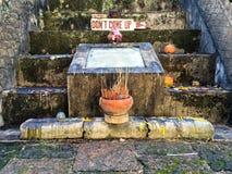 Segnale di pericolo al tempio buddista fotografie stock libere da diritti