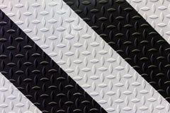 Segnale di pericolo in bianco e nero sul piatto d'acciaio del diamante Fotografia Stock Libera da Diritti