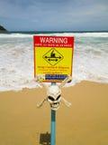 Segnale di pericolo con il cranio. forti correnti Fotografia Stock Libera da Diritti
