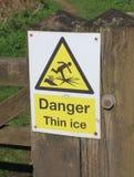 Segnale di pericolo del ghiaccio sottile del pericolo Fotografia Stock Libera da Diritti