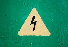 Segnale di pericolo del triangolo ad alta tensione giallo Immagini Stock