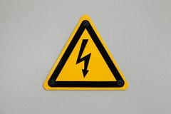 Segnale di pericolo del triangolo ad alta tensione montato su gray Fotografia Stock