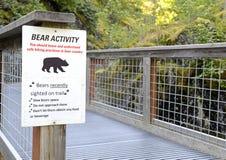 Segnale di pericolo dell'orso all'entrata alla regione selvaggia Fotografia Stock Libera da Diritti