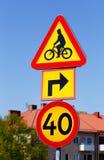 Segnale di pericolo della bicicletta svedese e limite di velocità d'attraversamento 40 Immagine Stock