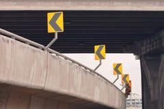 Segnale di pericolo della curva sulla strada Fotografie Stock Libere da Diritti