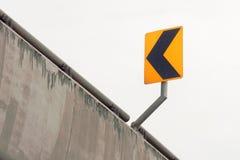 Segnale di pericolo della curva sulla strada Segno della curva Fotografia Stock