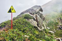 Segnale di pericolo della montagna fotografia stock libera da diritti