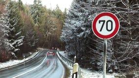 Segnale di pericolo della strada - limite di velocità 70 stock footage