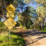 Segnale di pericolo della strada non asfaltata Immagini Stock Libere da Diritti