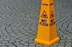 Segnale di pericolo della superficie sdrucciolevole del pavimento Immagine Stock