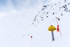 Segnale di pericolo della valanga nel canadese Montagne Rocciose immagine stock