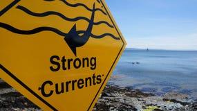 Segnale di pericolo delle forti correnti Fotografia Stock