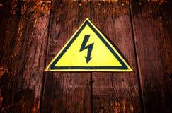 Segnale di pericolo di elettricità gialla del triangolo fotografia stock