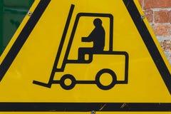 Segnale di pericolo di funzionamento giallo del carrello elevatore a forcale Fotografie Stock Libere da Diritti