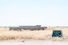 Segnale di pericolo e serbatoio di acqua, protetti contro gli elefanti a Fotografie Stock Libere da Diritti