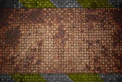 Segnale di pericolo giallo e nero su struttura d'acciaio. Fotografie Stock Libere da Diritti